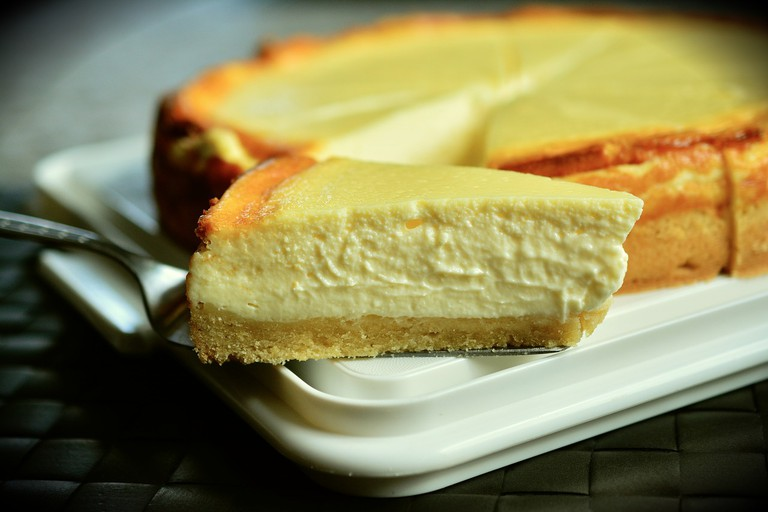 A slice of cheesecake in a (almost) hidden coffee shop