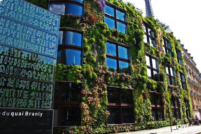 Musée du Quai Branly, Façade verre, Mur végétal, immeuble Haussmannien et Tour Eiffel, May 2012