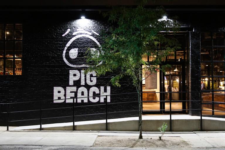 Pig Beach, New York, USA.