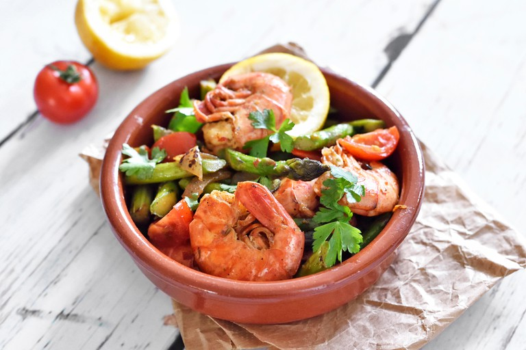 Fresh tapas plate with shrimps and green asparagus