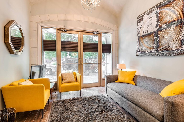 Lovely Lincoln Park apartment in a renovated 1920s hotel