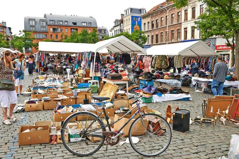 Flea market at Place du Jeu de Balle