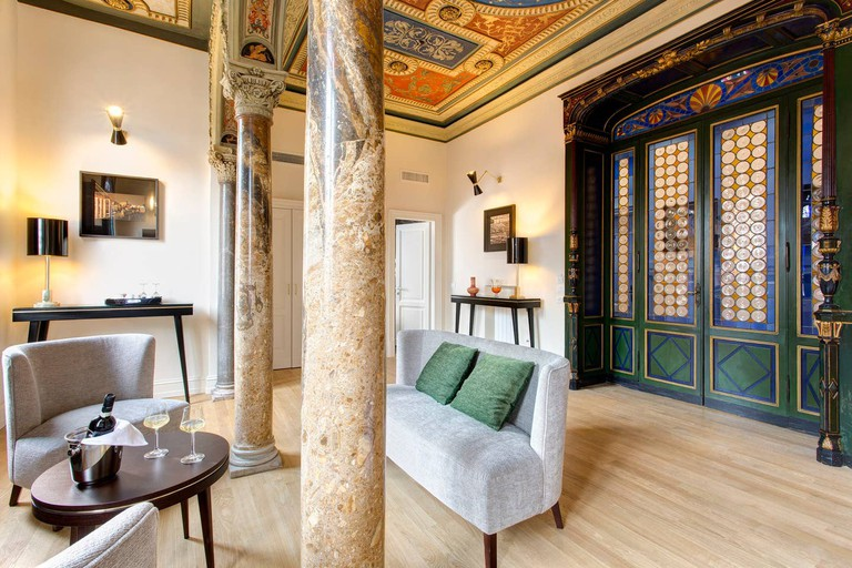 Elegantly furnished rooms with parquet floors and roof terrace.