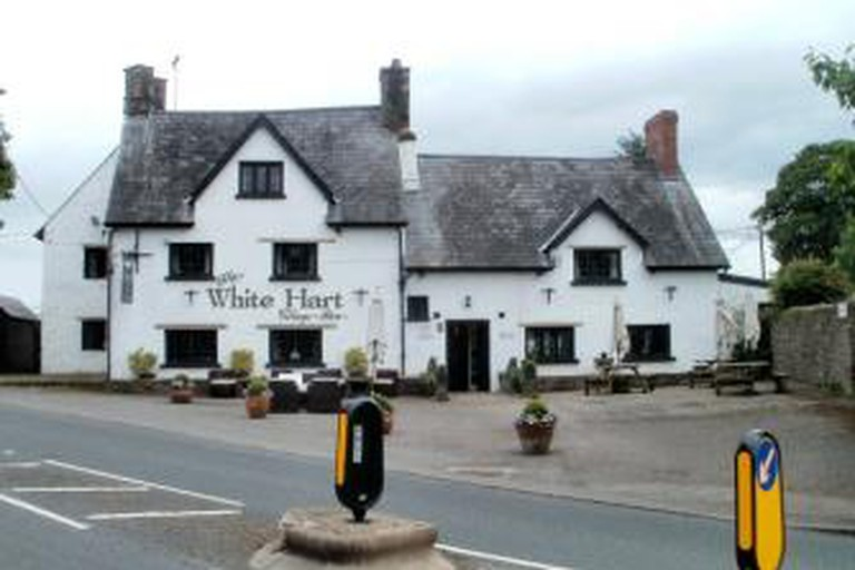 56-289723-10.-white-hart-village-inn