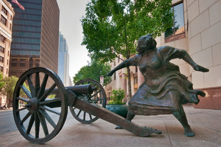 Angelina Eberly firing a cannon, starting Archives War of 1842, sculpture by Patrick Oliphant at Congress Avenue, Austin, Texas