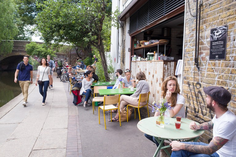 Trendy cafes and restaurants along the towpath of the Regent's Canal, Shoreditch, Hackney, London, England, UK