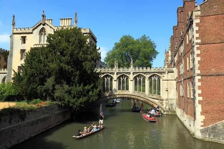 Cambridge, Bridge of Sighs, River Cam, St. Johns College, punts England UK