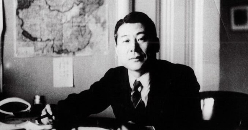 Sugihara poses for a photo at the Japanese Consulate in Kaunas, Lithuania. | WIKICOMMONS