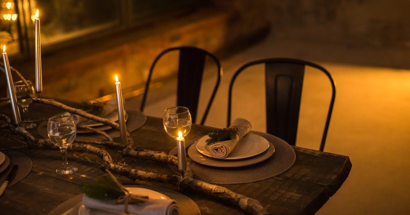 Romantic dinner by candlelight | © Oleksandr Kavun / Shutterstock