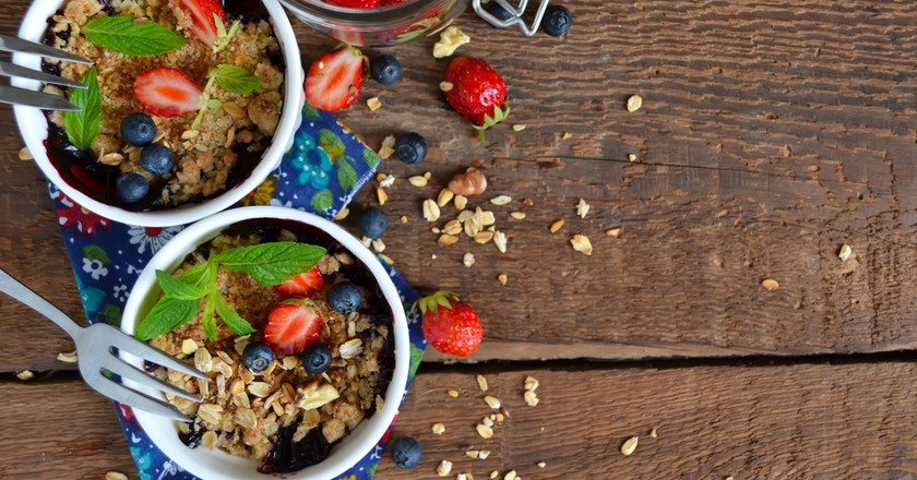 Berry crumble with oatmeal and almonds © zefirchik06/Shutterstock