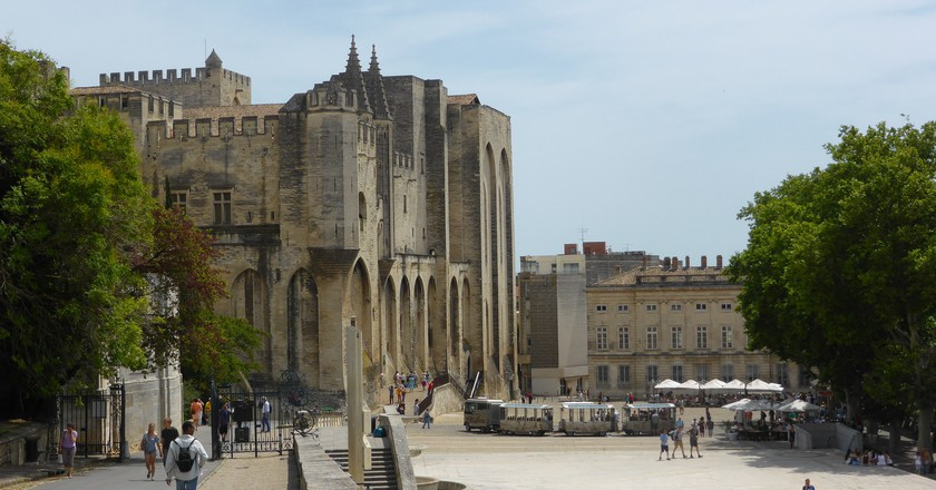Avignon- Square outside Palais des Papes │© Stephen Colebourne / Flickr