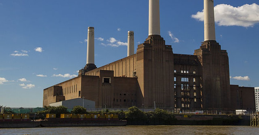 Battersea Power Station view from the River Thames | © Alberto Pascual / Wiki Commons