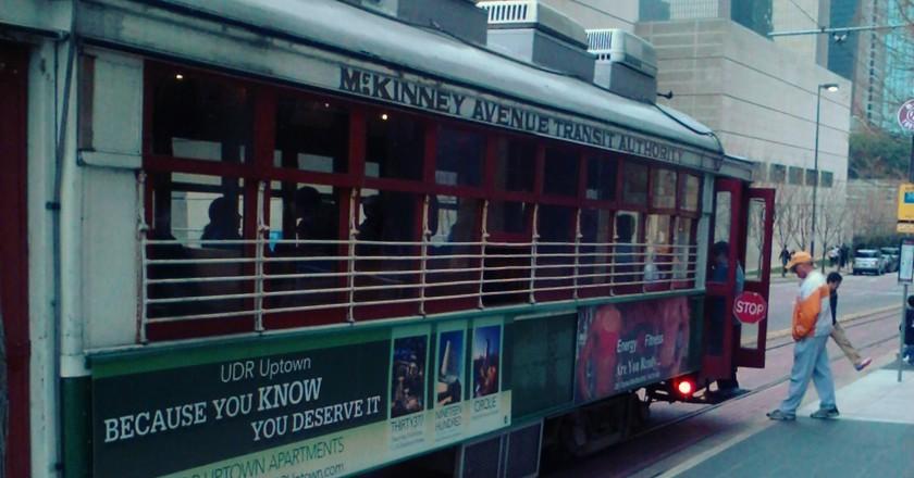 McKinney Trolley in Front of DMA | © M. Watson