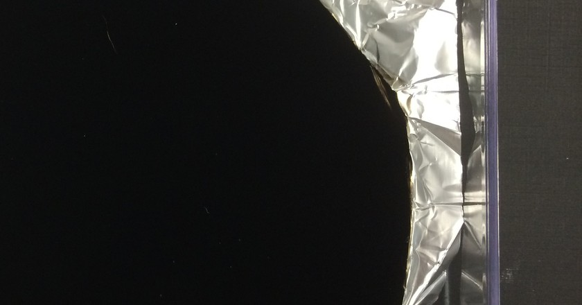 Vantablack painted onto crumbled Aluminium foil | © Surrey NanoSystems/Wikimedia