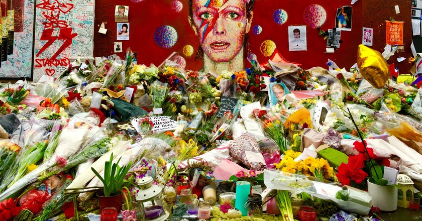 David Bowie Memorial in Brixton |© frankieleon / Flickr