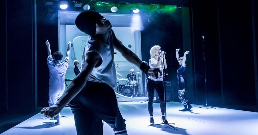 Jane Horrocks with her dancers and band in the background | © Johan Persson