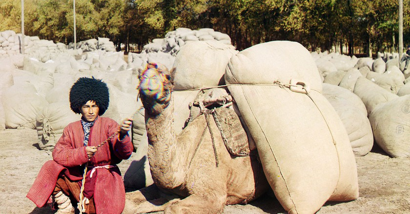 Turkmen man posing with camel loaded with sacks | © Sergei Mikhailovich Prokudin-Gorskii Collection/Wikicommons