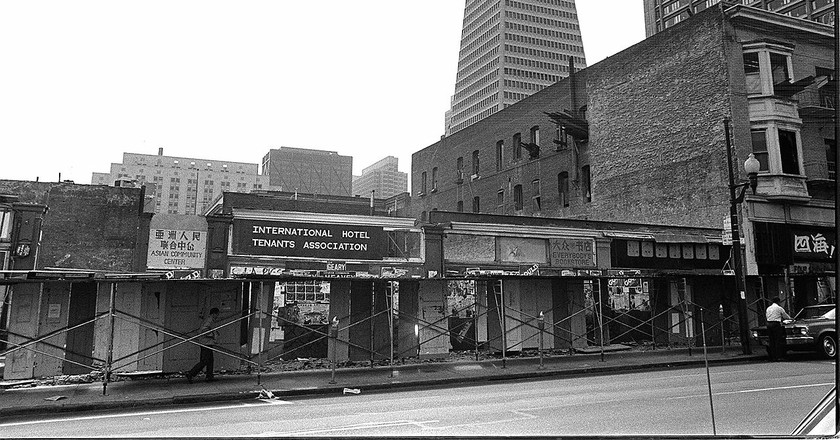 International Hotel, Kearny Street near Jackson in San Francisco, around 1979   © Nancy Wong/WikiCommons