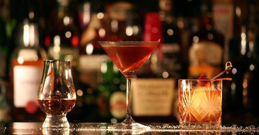 Rum in einem Nosing-Glas (links), Manhattan (Mitte) und Old Fashioned (rechts).| © Marler/wikicommons
