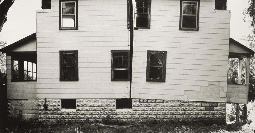 Gordon Matta-Clark Splitting: Exterior, 1974 Silver Gelatine Print (from a series of 4) 47,6 x 75,25 cm © SABAM, 2015 / The SAMMLUNG VERBUND Collection, Vienna Courtesy Jane Crawford
