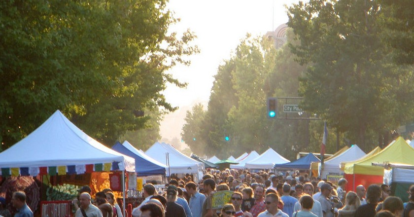 Crowds flock to the Downtown San Rafael Farmer's market | © ftchris/Flickr