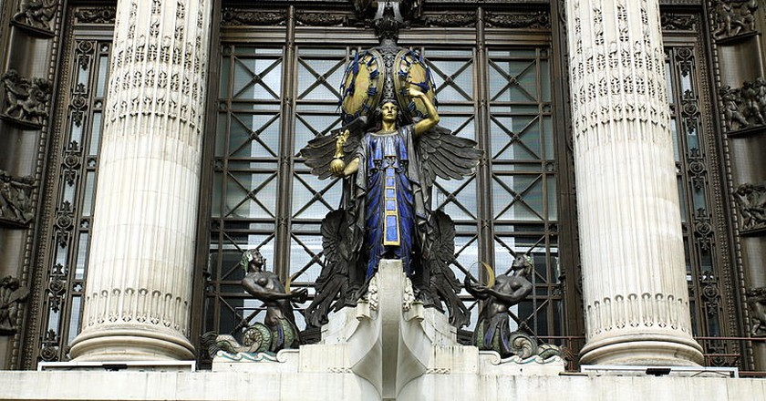 The sculpture detail above the main entrance to Selfridges, Oxford Street| © Chmee2/Wikicommons