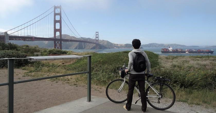 A cyclist stops to admire the Golden Gate Bridge ©  Danny Grajalez Perez y Soto