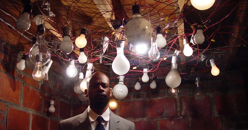Inspired by Ralph Ellison's Invisible Man, Pinder created a video work featuring 1369 light bulbs in a secluded basement dwelling. | © Jefferson Pinder/WikiCommons