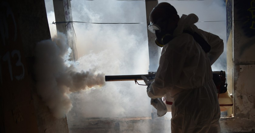 Man sprays pesticide. © Agência Brasília/ Flickr