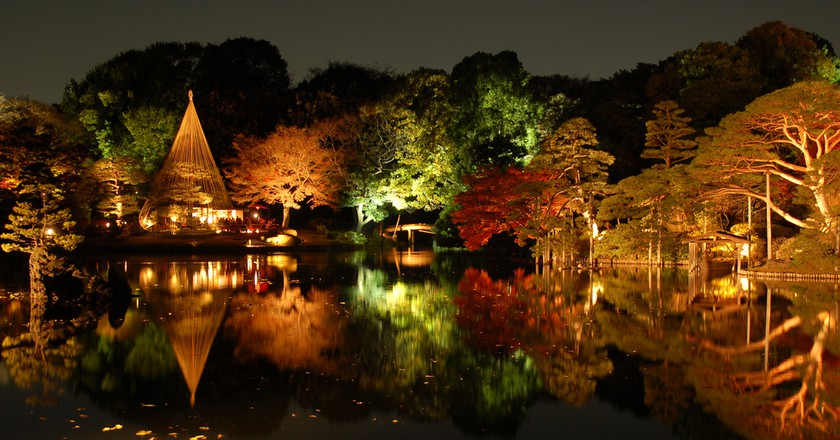 Autumn momiji light display at Rikugien | © Marufish/Flickr