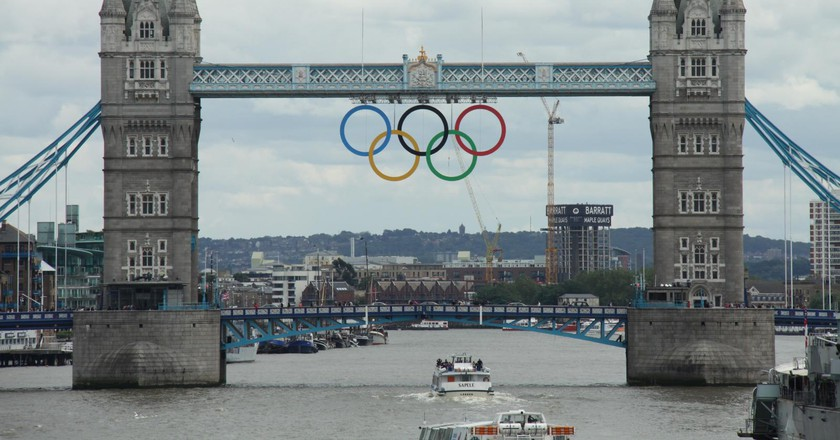 Olympic rings on Tower Bridge, 2012|©Dave Catchpole/Flickr