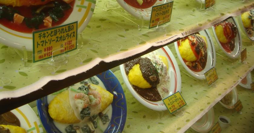Omurice display at a restaurant | © raisin bun/WikiCommons