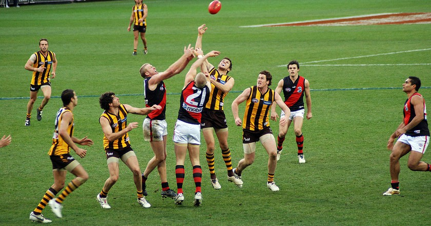 Stoppage in AFL game between Hawks and Bombers | © Tom Reynolds/WikiCommons