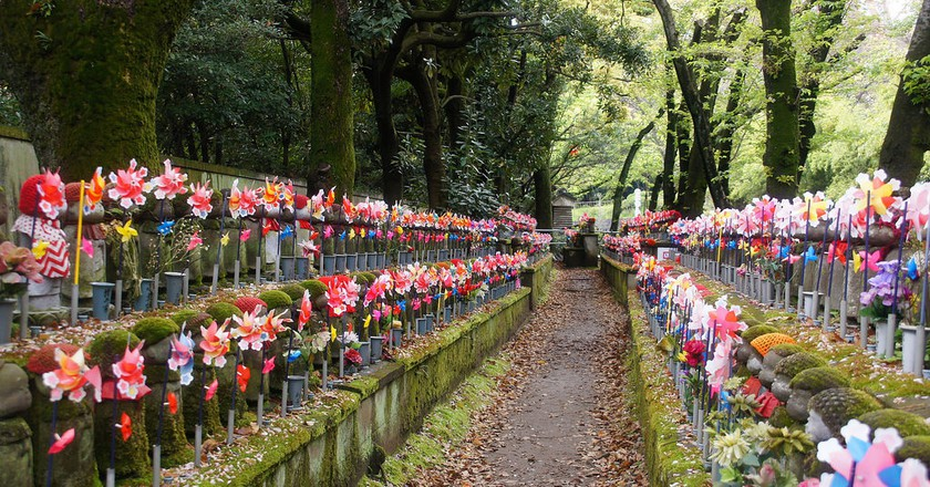 Jizo statues in the Garden of Unborn Children, Zojoji Temple | © Tatters/Flickr