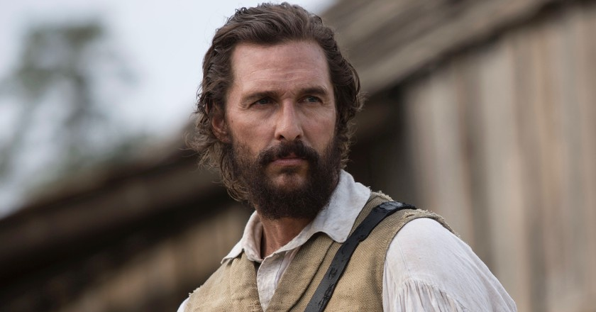 Newt (Matthew McConaughey) confronts Lt. Barbour at Mary's house | © Murray Close/2015 STX Productions, LLC./StudioCanal