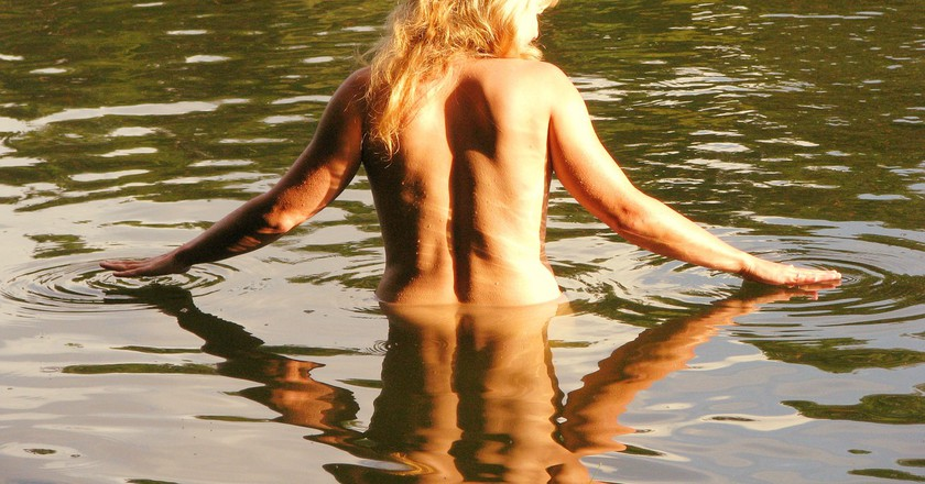 Nude woman wading in a lake │© czu_czu_PL
