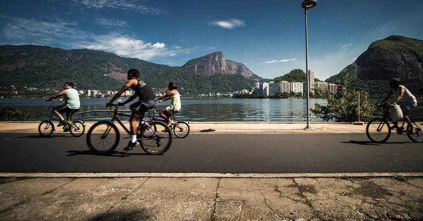 Ride a bike around the stunning lake |© Claudia Regina/Flickr