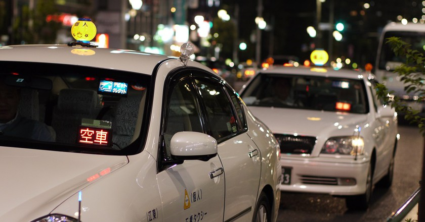Taxis line up at a taxi stand in Tokyo | © Hajime Nagahata/WikiCommons