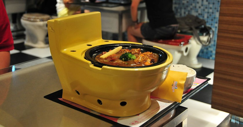 Food as served in bathroom themed Modern Toilet restaurant | © riNux / Wikimedia