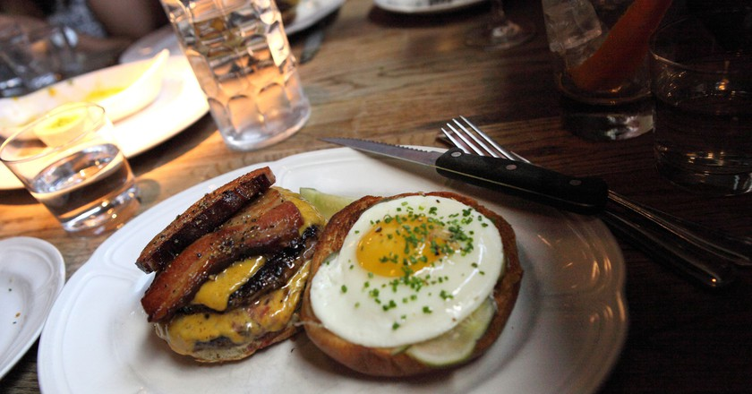 Burger from Au Cheval | © Sam Howzit/Flickr