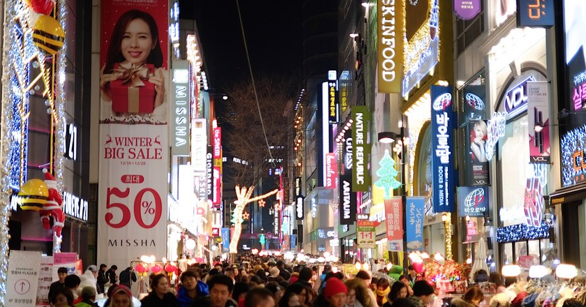 Shopping crowds in Myeongdong, Seoul | © el_ave / Flickr