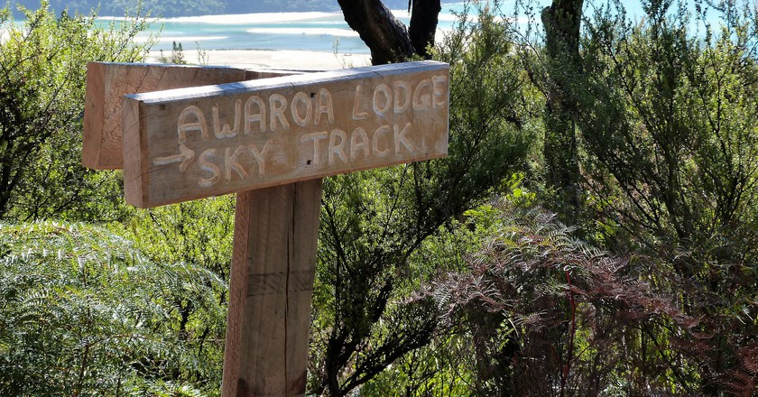 Awaroa Lodge Sky Track Sign | © Lee Coursey/Flickr