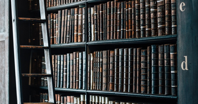 Dusty books shelves | ©  unsplash / pixabay