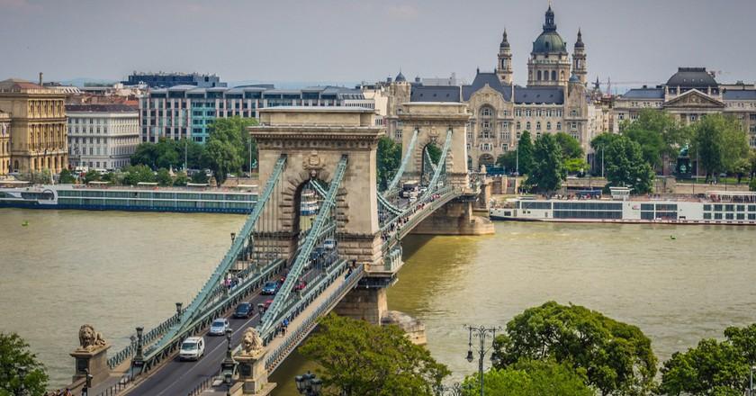 Chain Bridge from tram line bridge   © Randy Connolly / Flickr