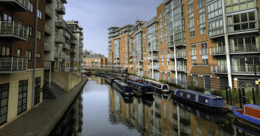 Canalside apartments in Birmingham city centre | © Bs0u10e0/Flickr