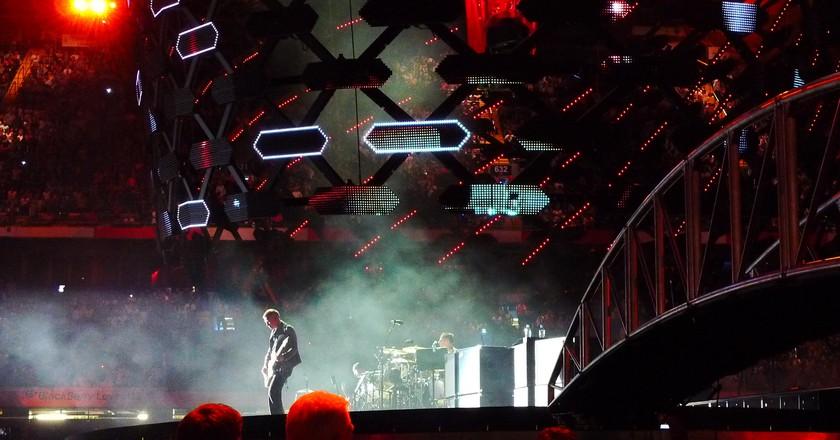 Centre stage guitarist entertains at the Millennium ©Armin Rodler/Flickr