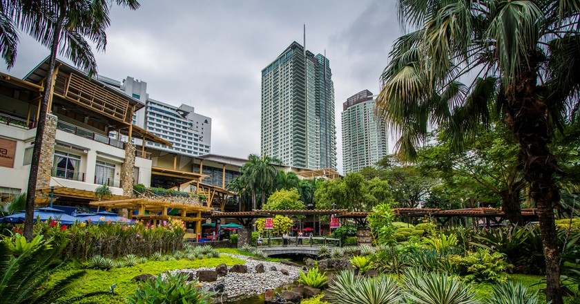 Gardens and skyscrapers at Greenbelt Park, in Ayala, Makati | ©  Jon Bilous/Shutterstock