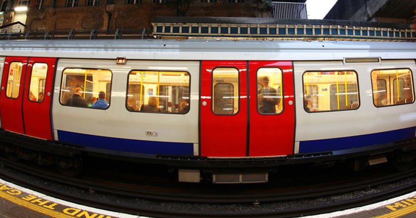 Train arriving at Underground station in London. Samot / Shutterstock