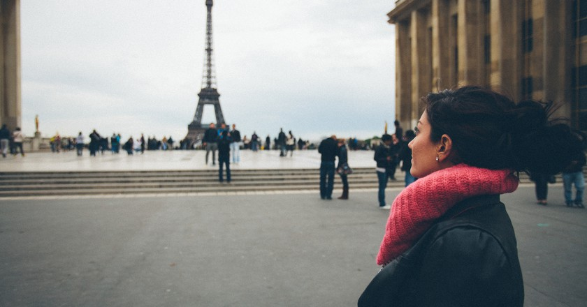 Woman at the Eiffel Tower │© Manik Rathee / Flickr