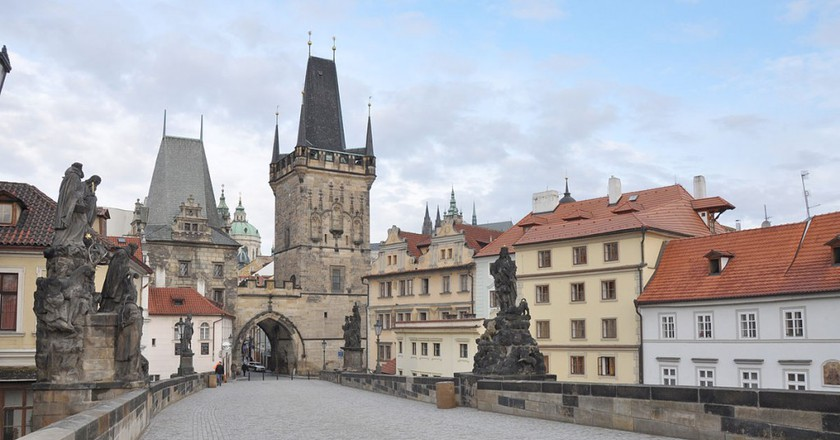 Walking on Charles Bridge | ©Jorge Láscar / Wikimedia Commons